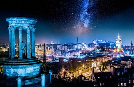 Vue de nuit de Calton Hill à Édimbourg avec des étoiles
