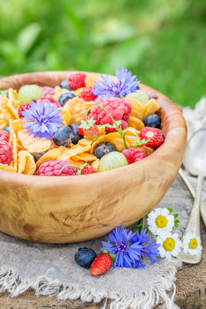 Tasty cornflakes with yogurt and spring flowers Фото со стока