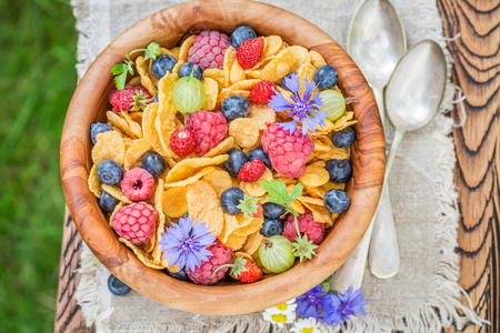 Cornflakes with berry fruits served in garden 版權商用圖片
