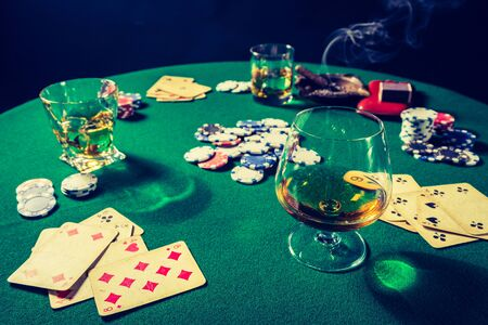 Cards and chips in vintage gambling green table 版權商用圖片