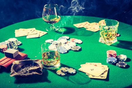 チップとカード付きのヴィンテージギャンブルグリーンテーブル 写真素材