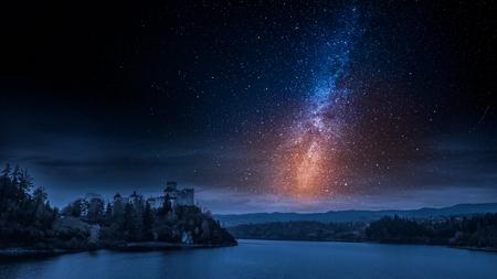 Atemberaubende Burg am See mit Milchstraße in der Nacht Standard-Bild - 97306349
