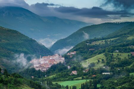 Sunrise over foggy village of Preci, Italy Stockfoto