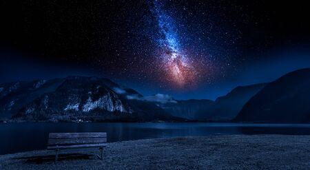 montagne et lac la nuit avec des étoiles