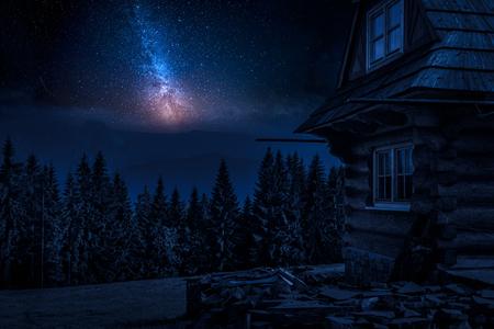 夜の山の農村コテージと乳白色の方法 写真素材