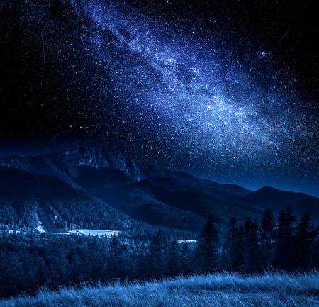 Milky way and Tatra Mountains at night, Poland Zdjęcie Seryjne