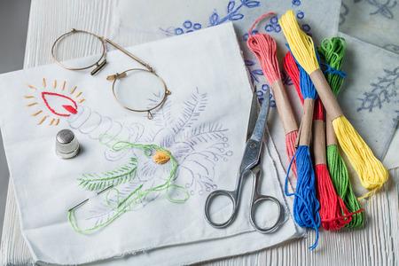 Serviettes brodées faites de fils colorés sur la table blanche Banque d'images - 98203768