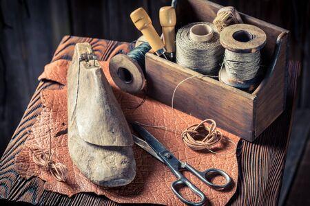 革と糸の靴作りのクローズアップ