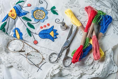 Gros plan de serviettes brodées et mulina de couleur Banque d'images - 98203856
