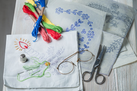Embroidered napkins, color mulina and paper model Banque d'images - 98204014