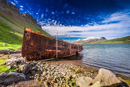 Rusty shipwreck on the Arctic sea, Iceland Standard-Bild - 99146752