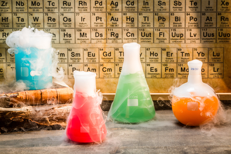 Oud chemisch laboratorium tijdens het experiment op school