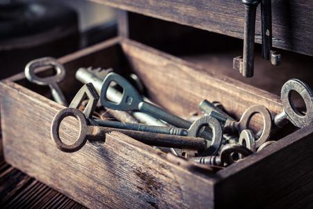Old keys in wooden box in locksmiths workshop Standard-Bild - 100136399