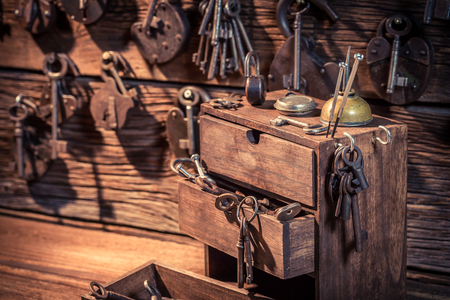Wooden box with keys and locks in locksmiths workshop Stockfoto