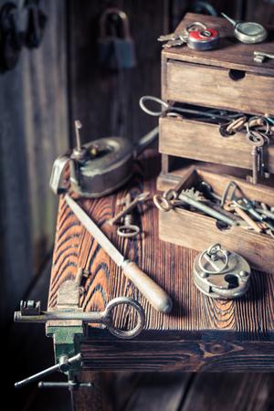 Vintage locksmiths table full of keys and locks Standard-Bild - 100136567