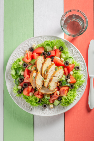 Tasty Caesar salad with tomatoes, cucumber and chicken Фото со стока - 102049004