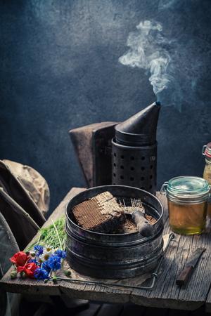 Honey and Antique beekeeper tools in workshop Stockfoto