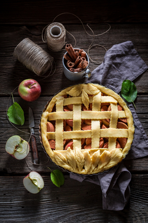 Rustic apple pie made of cinnamon and fresh fruits 스톡 콘텐츠