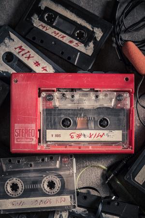 Cassette de audio antiguo con walkman y auriculares