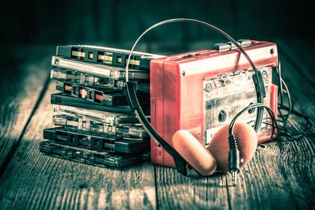 Cinta de cassette clásica con auriculares y walkman Foto de archivo
