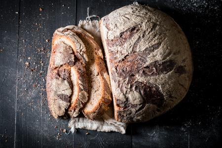 Sliced loaf of bread for breakfast on linen cloth Stockfoto - 106622564
