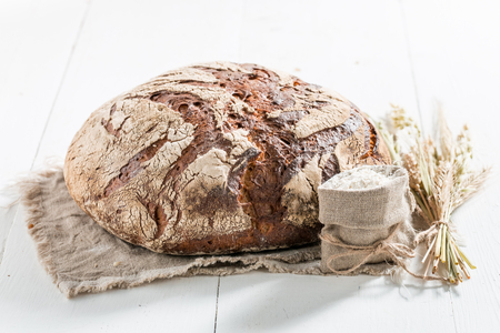 Loaf of bread with several grains on linen cloth Stockfoto - 106622582