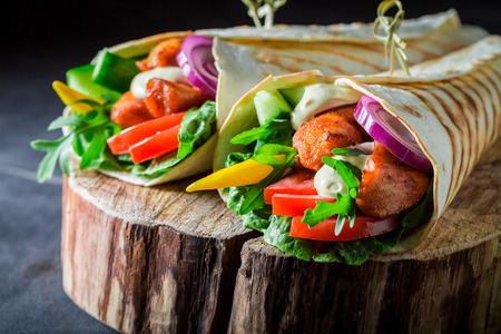 Healthy grilled tortilla with chicken and fresh vegetables Stockfoto