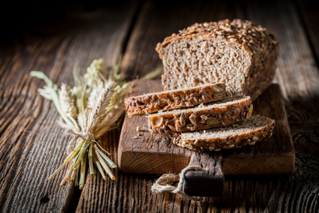 Closeu de pan casero con cereales integrales Foto de archivo