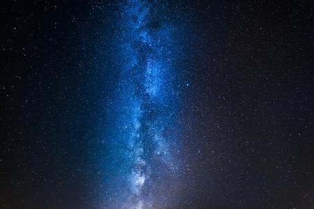 Impresionante vía láctea azul con millones de estrellas por la noche