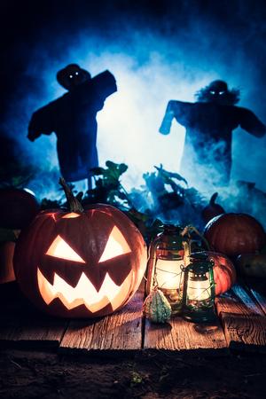 Calabaza de Halloween de miedo con espantapájaros y niebla azul