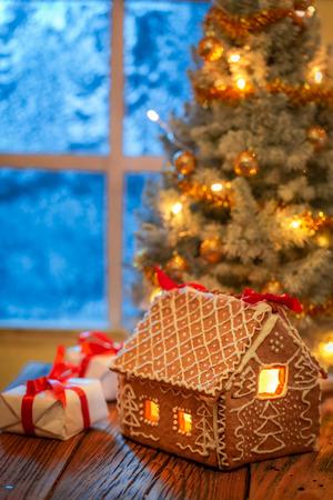 Wunderschöner Weihnachtsbaum und Geschenke im alten rustikalen Haus