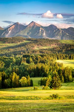 Impresionante puesta de sol en las montañas Belianske Tatra en verano