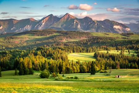 Impresionante puesta de sol en las montañas Belianske Tatra en Polonia
