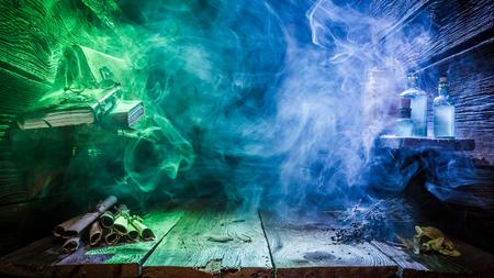 Halloween-Hintergrund mit blauem und grünem Licht und Kopienraum Standard-Bild