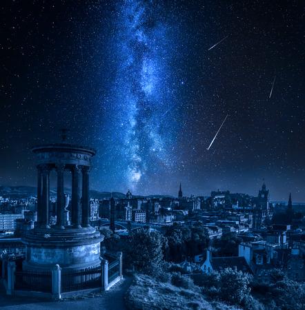 Edimburgo de noche con la vía láctea y estrellas fugaces, Escocia