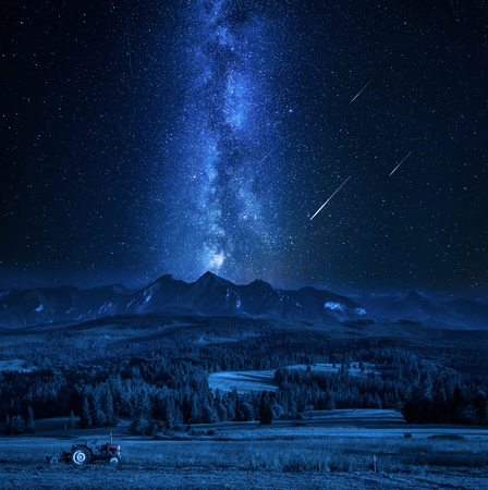 Impresionante vía láctea y estrellas fugaces sobre las montañas Tatra