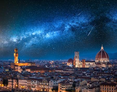 Milchstraße und Sternschnuppen über Florenz bei Nacht, Italien Standard-Bild