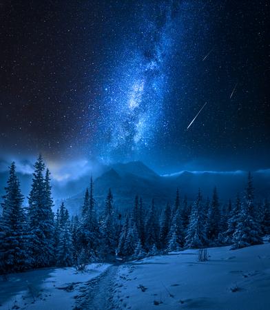 Montañas Tatras en invierno por la noche y estrellas fugaces, Polonia