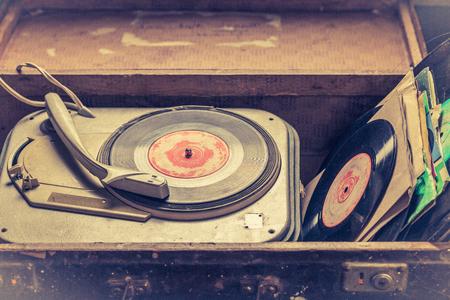 Tourne-disque classique et vinyles dans une vieille valise