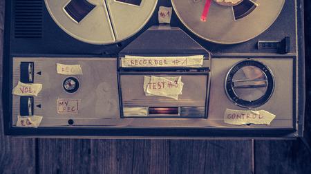 Ancien enregistreur audio à bobine avec microphone et rouleau de ruban adhésif