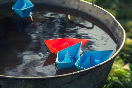 Bateaux en papier faits à la main sur l'eau comme concept de voyage inhabituel Banque d'images