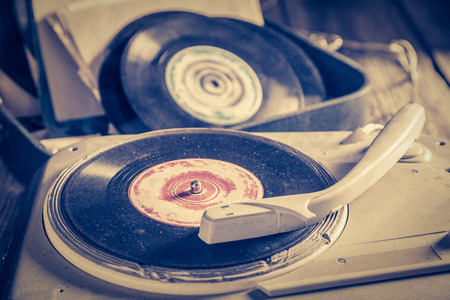 Old gramophone and old vinyls with scratched Foto de archivo