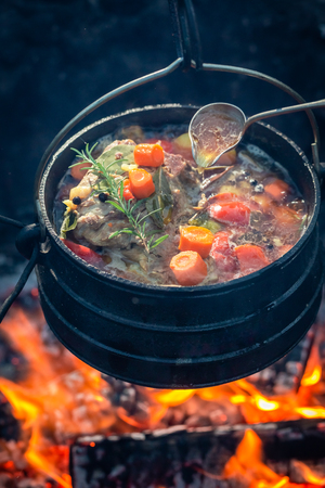 Tasty and homemade hunters stew on bonfire Stockfoto