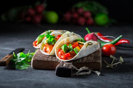 Tacos con salsa piccante e coriandolo su tavola di cemento Archivio Fotografico