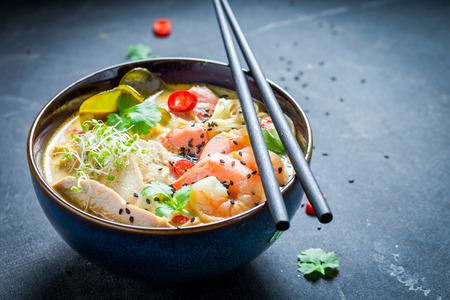 Malaysische Suppe mit Kokosmilch und Garnelen Standard-Bild