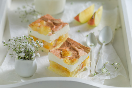Closeup of apple pie with apples and cream Standard-Bild