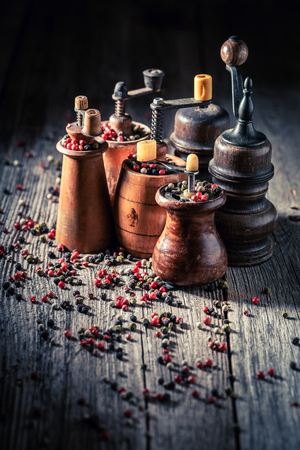 Old pepper mills with black and red pepper 版權商用圖片
