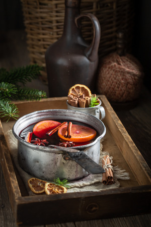 Sweet and delicious mulled red wine with cinnamon and oranges Imagens