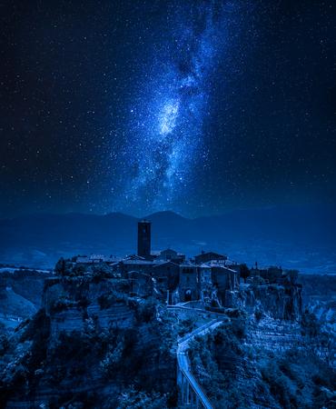 Vía Láctea sobre el casco antiguo de Bagnoregio, Italia