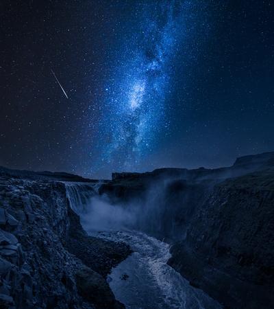 Oszałamiający wodospad Dettifoss i droga mleczna na Islandii nocą